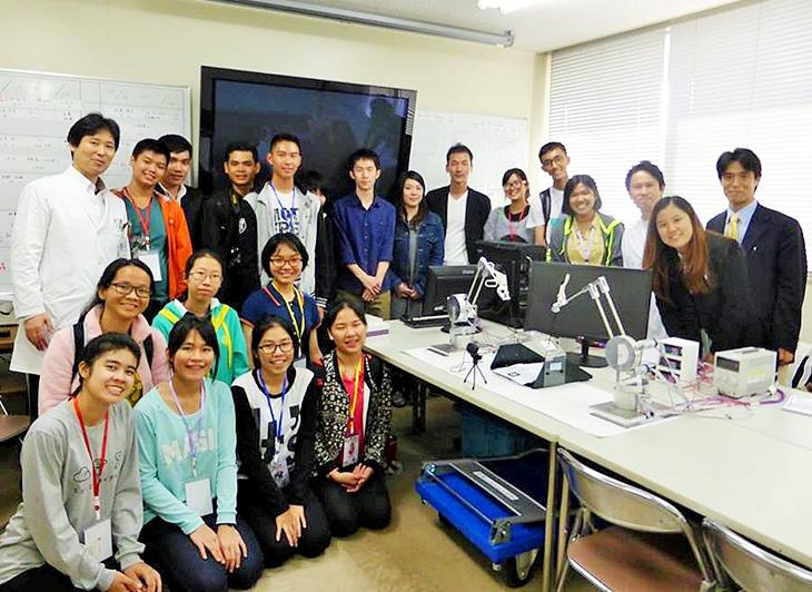 [情報システム工学科]共同開発中の「手術シミュレータ」をタイの高校生が体験
