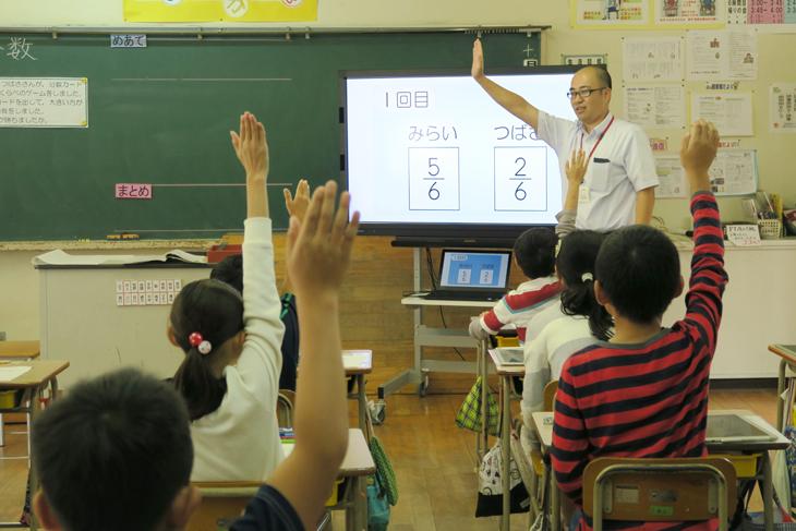 [新宮町・福工大連携]システムマネジメント学科 藤岡教授が立花小学校の算数の授業を見学