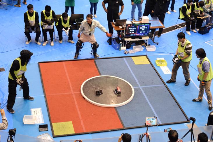 第28回全日本ロボット相撲 本学、附属城東高校合わせて4台のロボット力士が全国大会へ