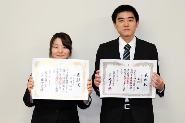 生命環境科学科の小川さんと松村さんを西日本学生相撲連盟が卒業生表彰
