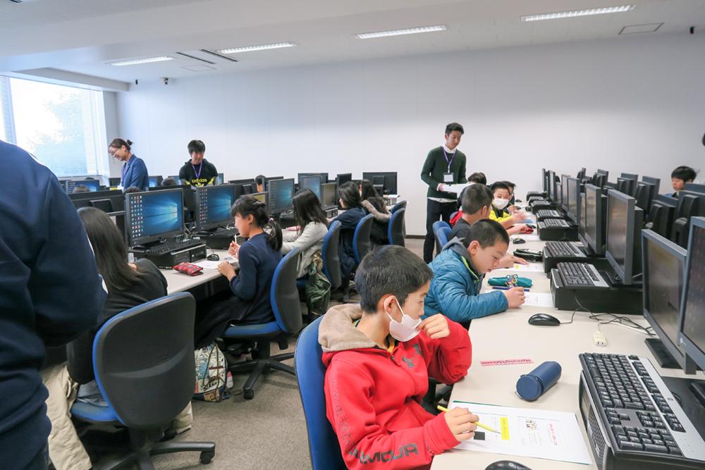 ICT(情報通信技術)をテーマにした特別体験授業を大学生が企画し小学6年生の社会科見学として実施します!