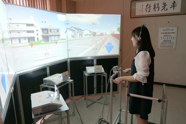"""[システムマネジメント学科PBL]""""VR交通訓練システム開発プロジェクト""""~女子学生2名が福岡県警察本部を訪問  交通企画課のシミュレータを実体験~"""