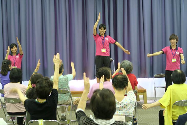 [医介学連携]社会環境学部の学生3名が体操教室ボランティアで大活躍!!