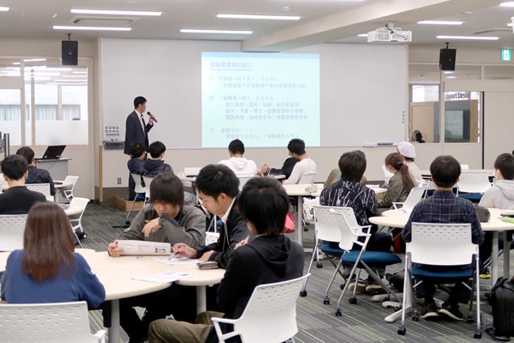 [システムマネジメント学科]福岡県警察本部とコラボ 1年生の必修科目で特別講義実施