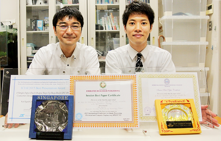 [電子情報工学専攻]安部さんと江口教授 今年3度目の受賞!